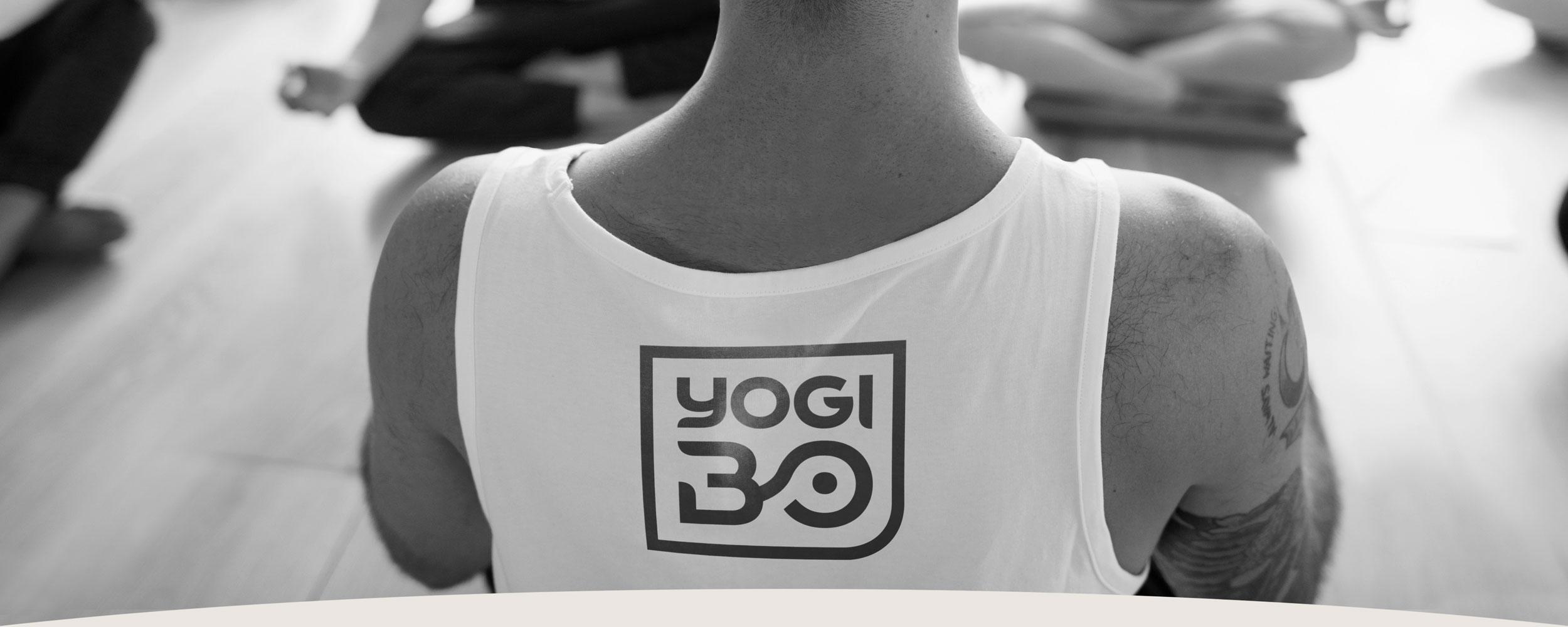 Yogi Bo Logo gedruckt auf Shirt von Yogalehrer